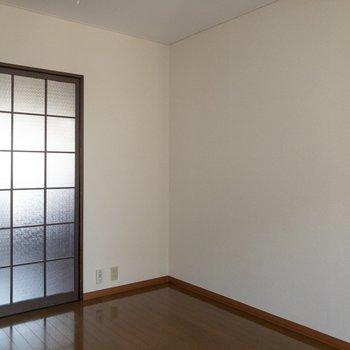 【洋室6.0帖】半透明な引き戸なので開放感がありますね。