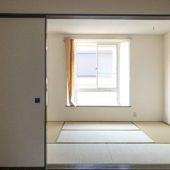 【洋室4.5帖】引き戸を開けると開放的。