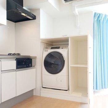 横の洗濯機も収納がババンと!
