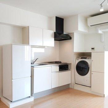 キッチンの横には洗濯機と冷蔵庫が!