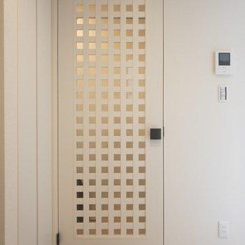 仕切り扉の模様がなかなかすてきですよね!規則性のある模様って落ち着きます◎