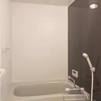 バスルームはダークブランの壁面がなんだか高級感◎