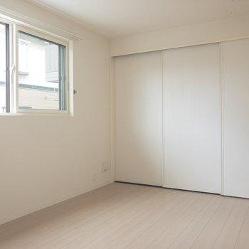 洋室に参りましょう。こちらも真っ白。どんなインテリアでアレンジしようかな~