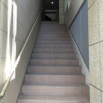 この階段の上にエントランス