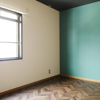 北側の洋室はグリーンとヘリンボーン柄のフロアタイル。