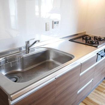 キッチンは3口コンロのゆったりサイズ