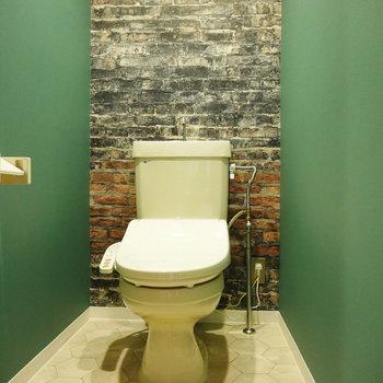 トイレのクロスと照明がなんともお洒落!
