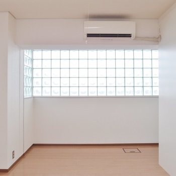 ガラスブロック窓から優しい光※写真は同間取りの10階のお部屋