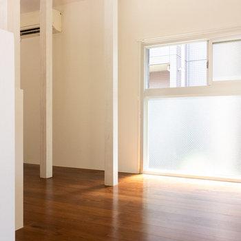 メゾネットの階段側から。ここに大きな窓。