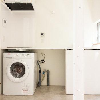 下階に水回りがまとまっています。備え付けの洗濯機も、小窓もあります。