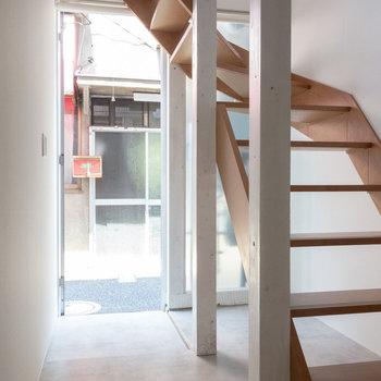 お部屋から玄関。階段の下は収納スペースとして使いたい。