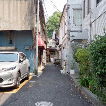 お部屋は大きな通りから一本入った路地に。