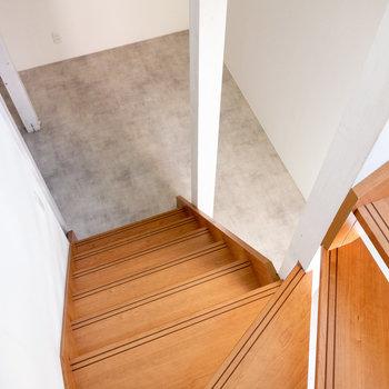 階段をぐるぐる降って。