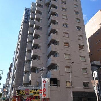 角地に立つ、段々のカタチをした建物。1階に飲食店が入っています。