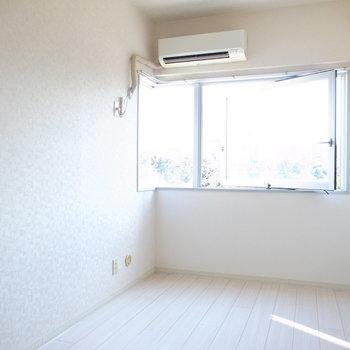 窓は、向かって左側面の壁までちょろっと伸びてます。これだけで感じ方がずいぶん違いますよ〜。