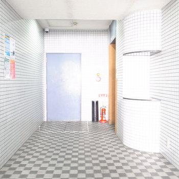 【共用部】右奥のオレンジがエレベーターです。