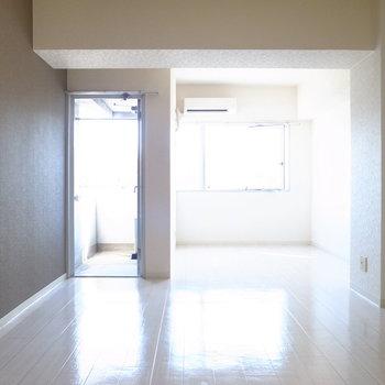 ワンルームですが、壁や天井の凹凸でふんわりセパレートされています。