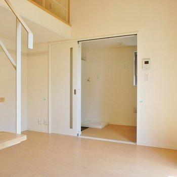 向こうは玄関とキッチン※写真は前回募集時のものです