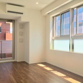 大きな窓がるので明るいです(6.7帖)※写真は5階の反転に似た間取り別部屋のものです