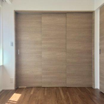 LDKとは引き戸で仕切ることができます(6.7帖)※写真は5階の反転に似た間取り別部屋のものです