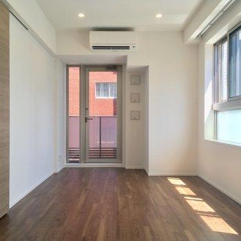 まずは6.7帖の洋室から。寝室にピッタリ(6.7帖)※写真は5階の反転に似た間取り別部屋のものです