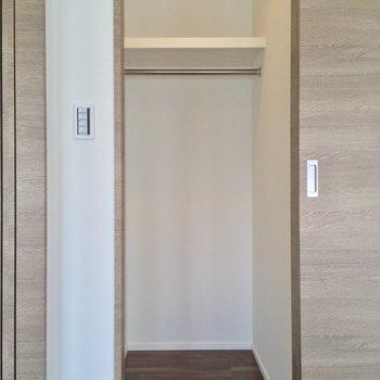 収納は小さめのウォークインクローゼット(6.7帖)※写真は5階の反転に似た間取り別部屋のものです