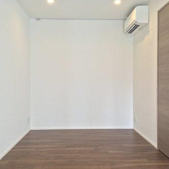 ダイニングテーブルは反対側でしょうか(LDK)※写真は5階の反転に似た間取り別部屋のものです