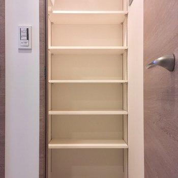 シューズボックスは中に入れるタイプです。大容量!※写真は5階の反転に似た間取り別部屋のものです