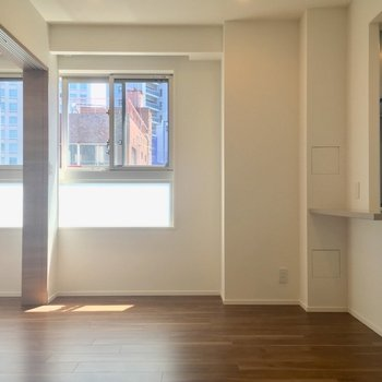 朝ごはんくらいなら、カウンターでサッと取ることもできそう(LDK)※写真は5階の反転に似た間取り別部屋のものです
