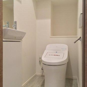 トイレも玄関から。専用の手洗い場があるのは嬉しいですよね※写真は5階の反転に似た間取り別部屋のものです