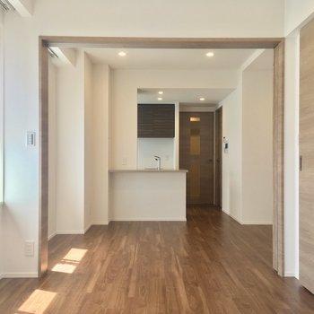 開けると・・・!開放感のある空間に(6.7帖)※写真は5階の反転に似た間取り別部屋のものです
