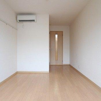 縦長の長ーいお部屋です。※写真は2階の同じ間取りの別部屋です。