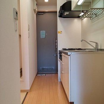 玄関からの廊下はこんな感じ。※写真は2階の同じ間取りの別部屋です。