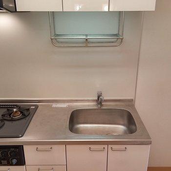 キッチンもガス2口で十分ですね。※写真は2階の同じ間取りの別部屋です。