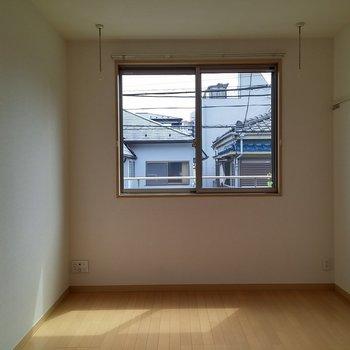 優しい光が入ります。※写真は2階の同じ間取りの別部屋です。