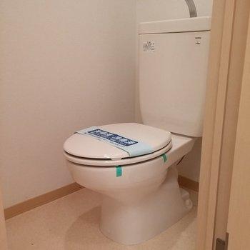 トイレもシンプル。※写真は2階の同じ間取りの別部屋です。