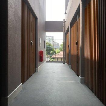和を感じる厳かな共用廊下。思わず背筋が伸びそう。