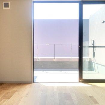 2階、大きな窓からの日差しが眩しい。