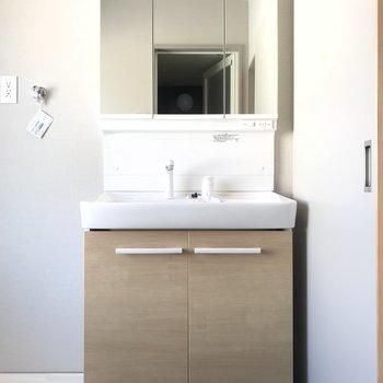 どっしりとした洗面台。朝の準備も捗りそう。