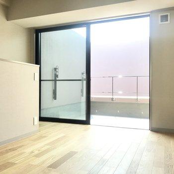 2階!こちらも日当たりの良いお部屋。大きな窓は眩しいくらいだ。