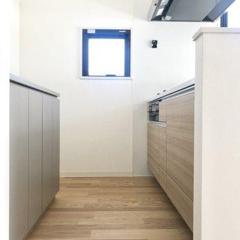 キッチンには収納が豊富。冷蔵庫のスペースも完備です!