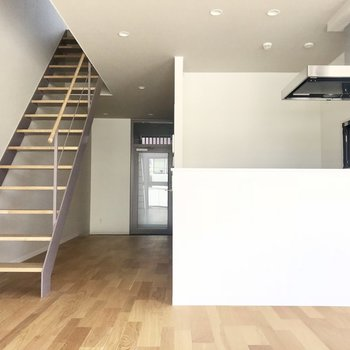 白とこの床の組み合わせがナチュラルで素敵です。