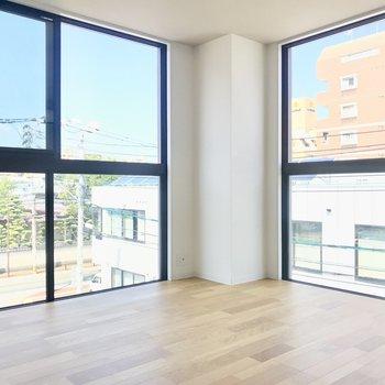 リビングで迎えてくれるのは大きな2面の窓。どこかショールームみたいな景色です。