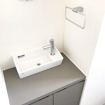 トイレには嬉しい手洗いスペースが。なんだかお店のトイレみたい。