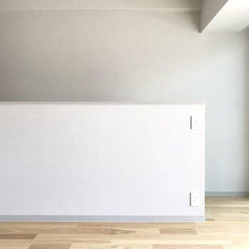 よーく見るとグレーの壁になっています。