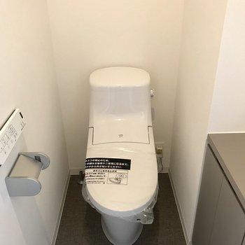 トイレのみ1階にあります。スタイリッシュなタイプ。ウォシュレット付!