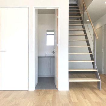 階段はステップの部分があいているので圧迫感がなくお洒落な見た目です。