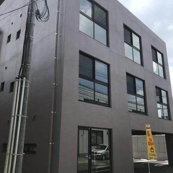 白金の街に佇む無骨なデザイン。新築です!