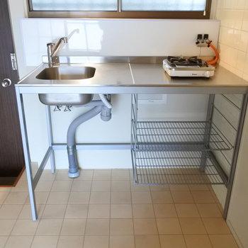 キッチンはとってもシンプルです。2口コンロを置けますよ。(※写真は1階の反転間取り別部屋のものです)