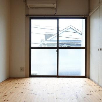 お部屋は無垢床がとっても気持ちいい。すべすべ。(※写真は1階の反転間取り別部屋のものです)